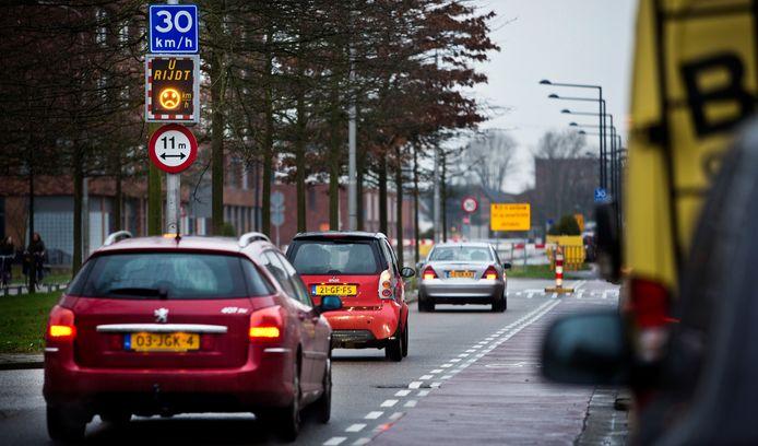 Bewoners aan de Kristalweg in Delft zijn het hardrijden van automobilisten zat.
