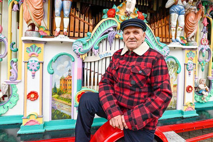 Orgelman Jules van Gehlen staat meer dan 50 jaar in de binnensteden van Roosendaal en Bergen. Nu zit hij thuis, want winkels dicht, geen hond op straat.