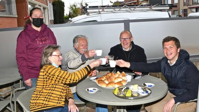 """'Metje' van Cameo bedient burgemeester op haar terras: """"En deze namiddag komen ze de naam van mijn achterkleinkind bekend maken"""""""