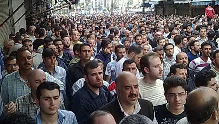 Demonstranten in de stad Homs. Beeld reuters