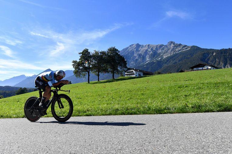 In een fraai Tirools berglandschap knalt Victor Campenaerts naar brons. Hij haalt gemiddeld 48,6 kilometer per uur. Beeld AP