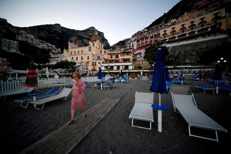 Het is rustig aan het strand in Positano aan de Amalfische kust.  Beeld AFP
