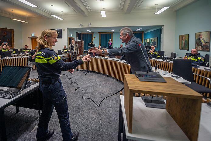 ROOSENDAAL Pix4Profs / Marina Popova.  De directeur van de Stichting WEP (Waardering Erkenning Politie), Leon Kuijs, reikt een speciale award uit aan het basisteam politie Roosendaal. Dit voor hun werk in deze lastige tijd.