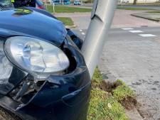 Automobilist botst eerst tegen boom en vervolgens twintig meter verderop tegen lantaarnpaal