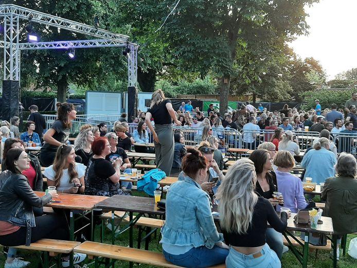 Samen genieten van de bingo op Hellendoorn Open Air.