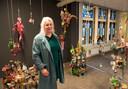 Curator Elaine Vis bij een installatie. Op de achtergrond één van de prachtige glas-in-loodramen in de oude bibliotheek.