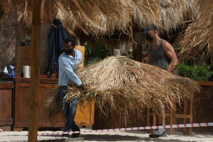 Medewerkers van strandbar nabij Athene bereiden volop de heropening voor.  (2/2)