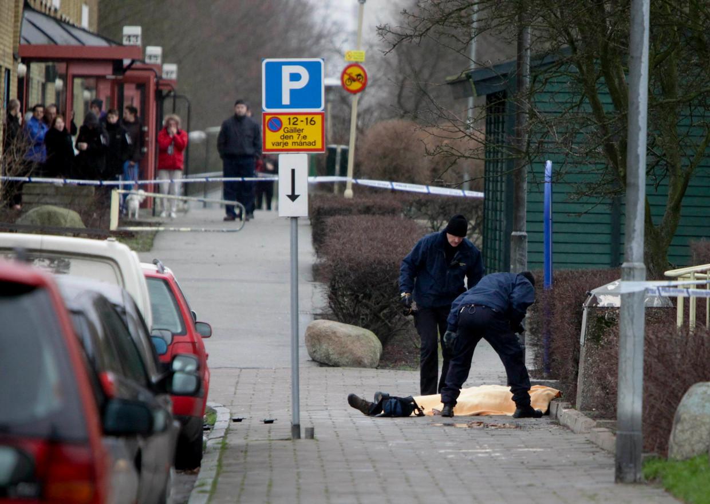 De politie onderzoekt het lichaam van een man die is neergeschoten in Malmö. Beeld Reuters