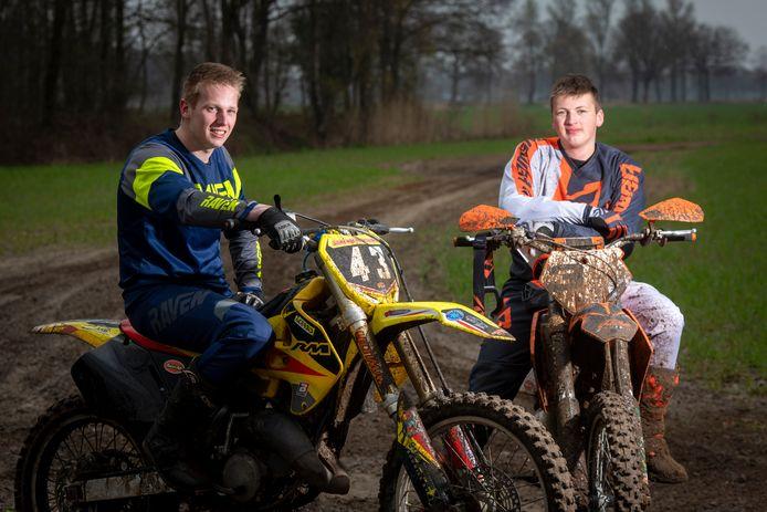 Jesse Bleumink (rechts) uitte vorige week dinsdag kritiek op het crossverbod op eigen land in Berkelland. Vrijdag werd zijn motor in beslag genomen door de politie.