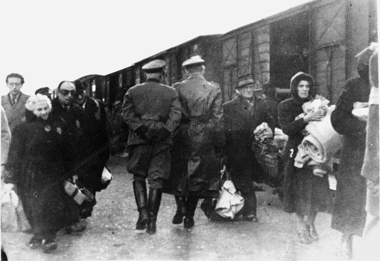 In najaar 1943 vertrekt een trein die Joden uit Westerbork wegvoert naar het oosten. Beeld Beeldbank WO2, collectie NIOD