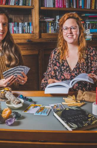 """Jonge meisjes ontpoppen zich op TikTok tot moderne heksen: """"Mijn beschermsteen helpt tegen de negativiteit van de buitenwereld"""""""