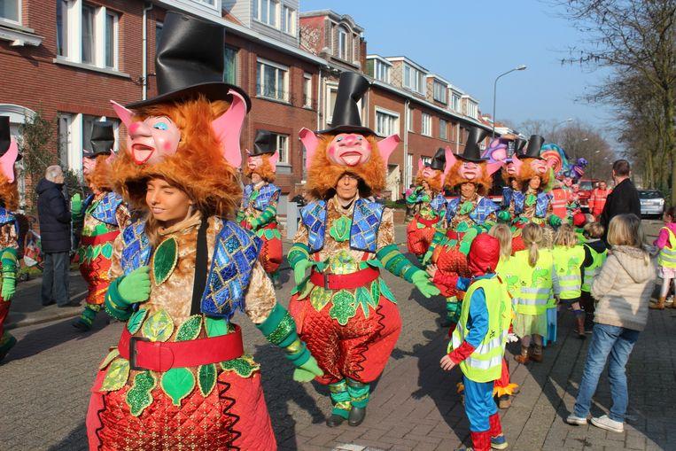 Eén van de maar liefst 62 (!) carnavalsgroepen trekt door de straten.