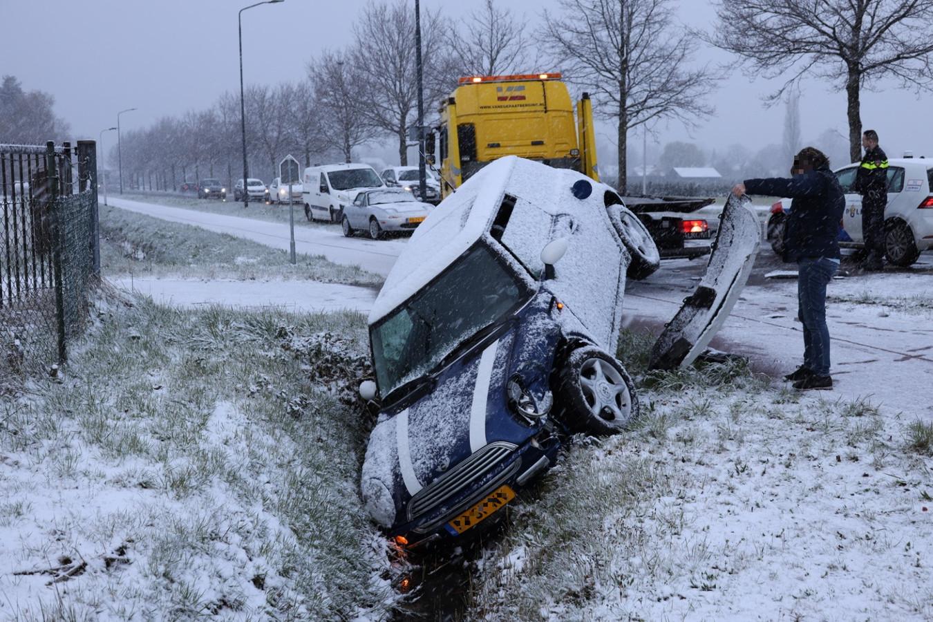 In Sprang-Capelle belandde een auto in een greppel door de gladheid.