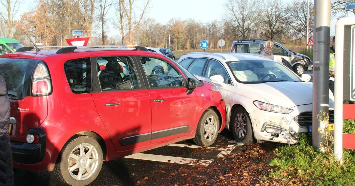 Drie auto's zwaar beschadigd na botsing in Haarle.