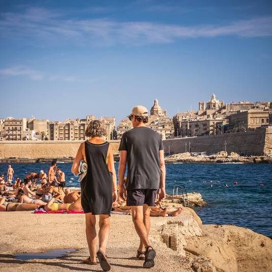 Lekker zonnen op de rotsen in Malta.