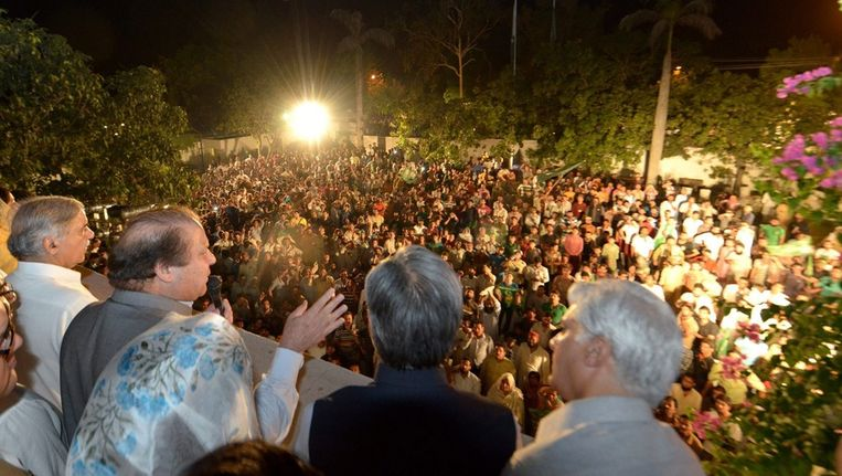 Nawaz Sharif spreekt zijn kiezers toe. Beeld epa