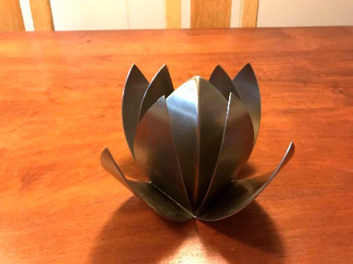 De gevonden urn, in de vorm van een lotusbloem.