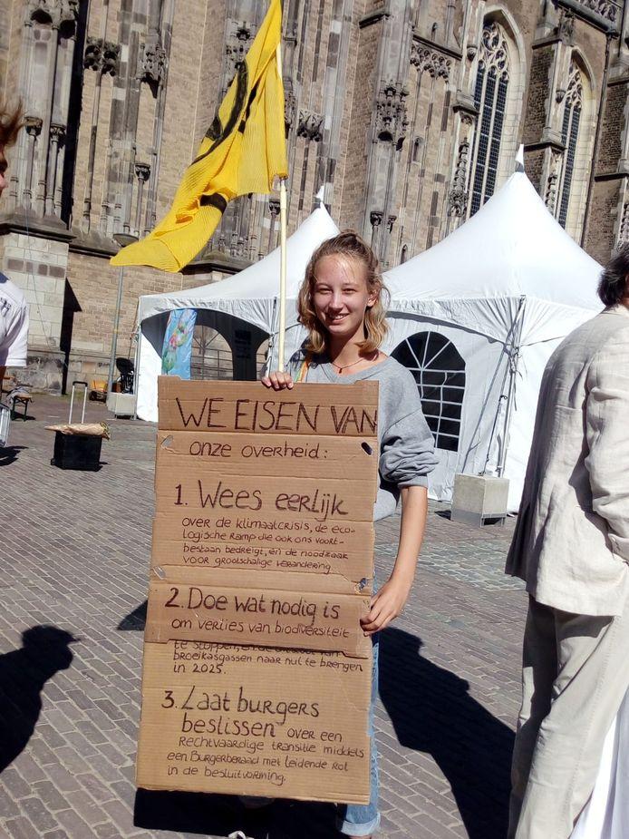 Een jeugdige actievoerster van Extinction Rebellion op het Grote Kerkhof.