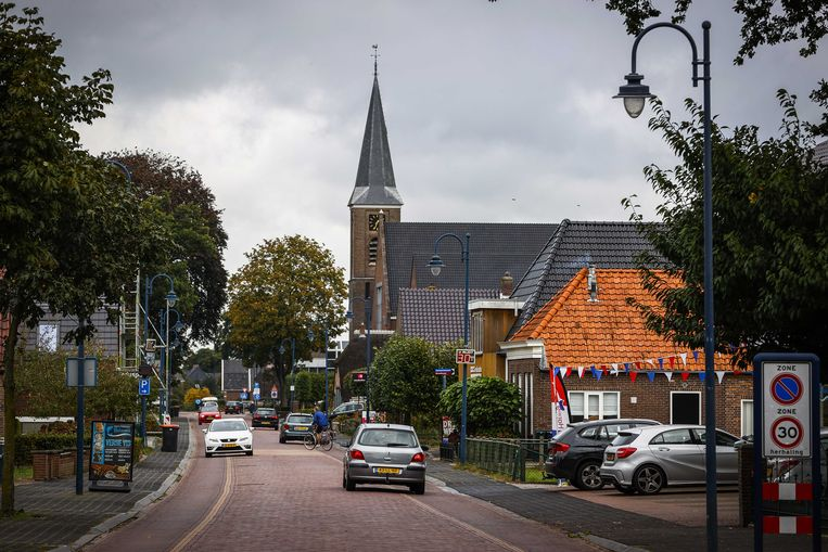 Straatbeeld van Staphorst met exterieur van de hersteld hervormde kerk. De kerk kwam in opspraak nadat er besloten was om kerkdiensten met 600 man door te laten gaan. Beeld Vincent Jannink, ANP