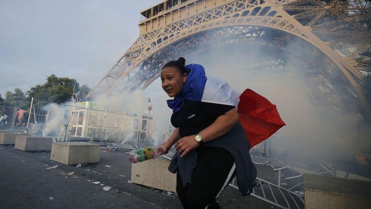 De Franse politie zet traangas in om supporters te verdrijven. Beeld photo_news