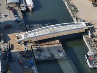 Unieke Brusselse brug krijgt vorm: centrale brugdek over kanaal geplaatst