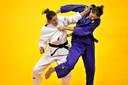 Guusje Steenhuis (wit judopak) in duel met Klara Apotekar.