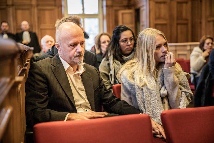 Nagelbijtend wacht de dochter van Kris Permentier (rechts) op de uitspraak van het hof van beroep.