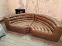 Deze sofa staat op het doksaal.