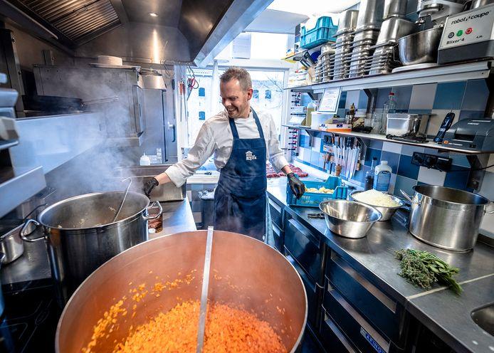 In de keuken van Sjiek in Schiedam wordt hard gewerkt aan een stamppot.