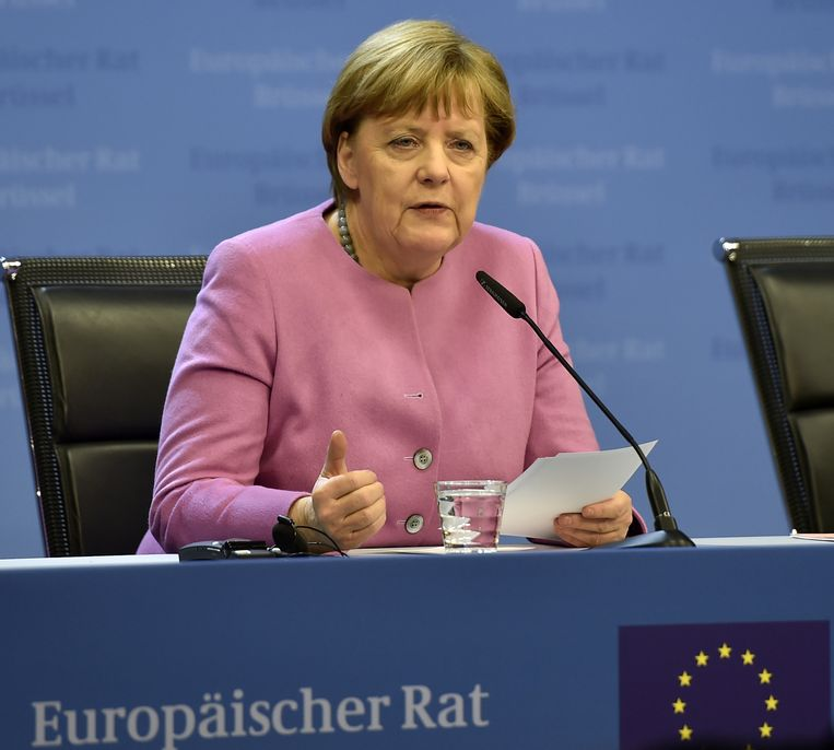 'Angela Merkel (foto) heeft zich laten leiden door een mengeling van ruimhartigheid, ijdelheid, schuldgevoel en eigenbelang. Of het een historische vergissing was, moet nog blijken, we weten niet welke kant het opgaat.' Beeld ap