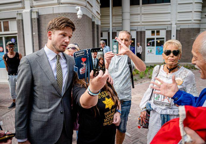 Gideon van Meijeren (FVD) gaat op de foto met een vrouw die een davidsster op haar T-shirt draagt. Zij protesteerde afgelopen dinsdag tegen het coronabeleid bij het nieuwe, tijdelijke Tweede Kamergebouw.