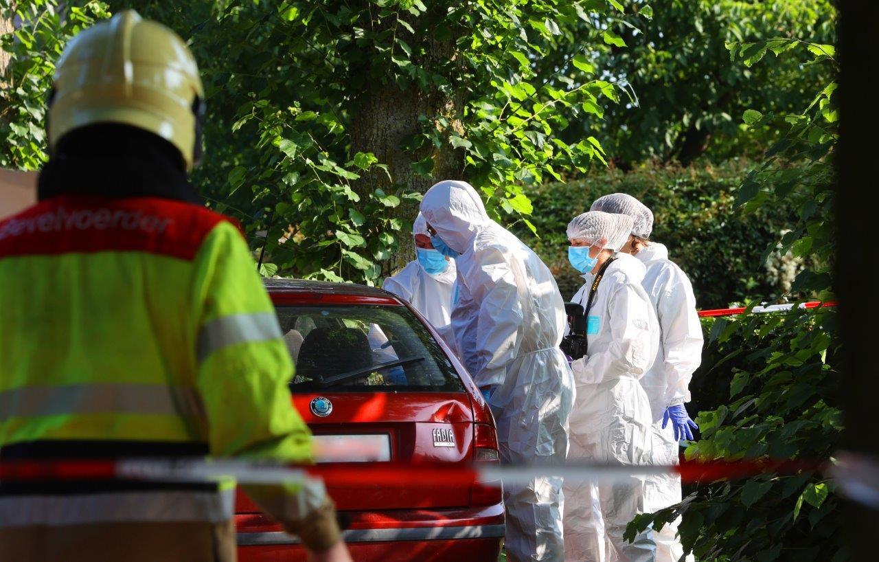 De politie verrichtte uitgebreid sporenonderzoek bij de auto waarin een dode man werd aangetroffen.
