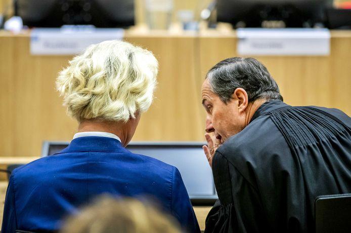 Advocaat Geert-Jan Knoops en PVV-leider Geert Wilders in september in de rechtbank van Schiphol voor het pleidooi in het minder-Marokkanen-proces tegen Wilders. Vandaag was de politicus niet aanwezig in de rechtszaal.