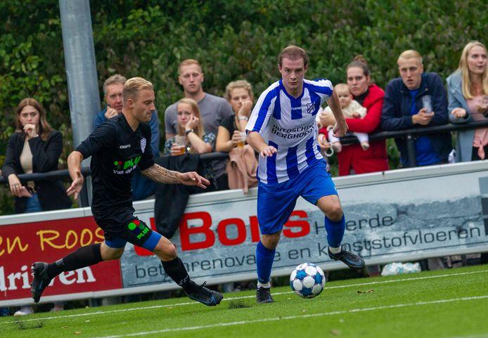 Jonas Faber van VEVO duelleert met Dennis Bijsterbosch van SEH.