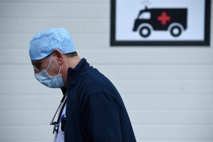 Parmi les médecins généralistes contaminés, 73% estiment qu'ils ont été infectés par un patient. L'incapacité de travail a duré moins de 10 jours dans 55% des cas. Elle s'est prolongée jusqu'à deux semaines pour 28% et a atteint ou dépassé les quatre semaines chez près de 8%.