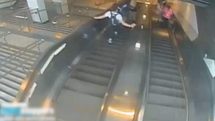 La police de New York était à la recherche d'un homme qui montait un escalator à la station Atlantic Avenue-Barclays Center à 19h15 jeudi 9 septembre et qui a violemment frappé une femme de 32 ans dans un escalator.