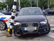 Bestuurder crasht met gestolen auto vlak voor politiebureau Schiedam