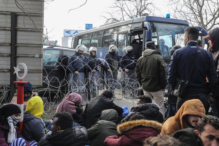 Griekse grenspolitie blokkeert de weg voor vluchtelingen in de grensstad Edirne. Beeld Getty Images