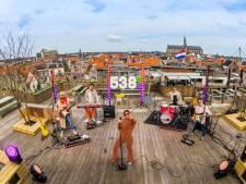Maan geeft Koningsdagoptreden op dakterras in Haarlem