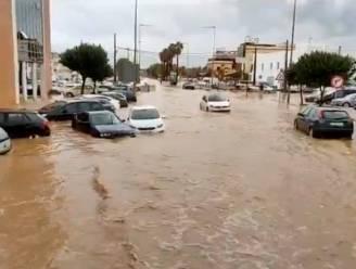 Zware wateroverlast in Spanje: beelden tonen hoe straten in mum van tijd in kolkende rivier veranderen