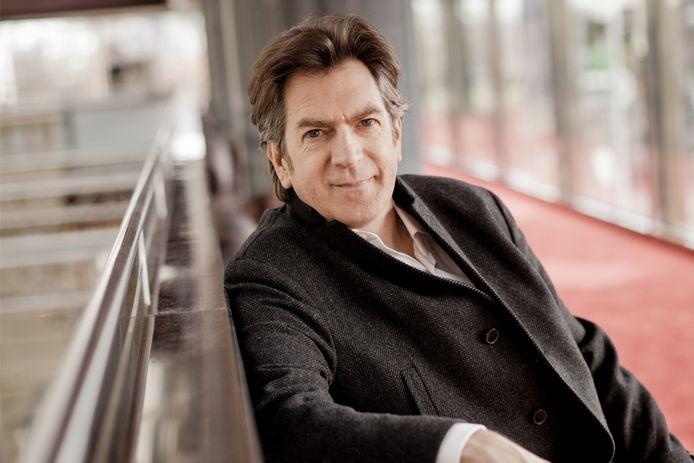 De veelgevraagde allrounder Etienne Siebens is aangeschoven als vaste gastdirigent bij het Tilburgse orkest Kamerata Zuid.