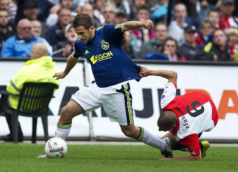 Miralem Sulejmani van Ajax (L) in duel met Karim El Ahmadi (R). Beeld