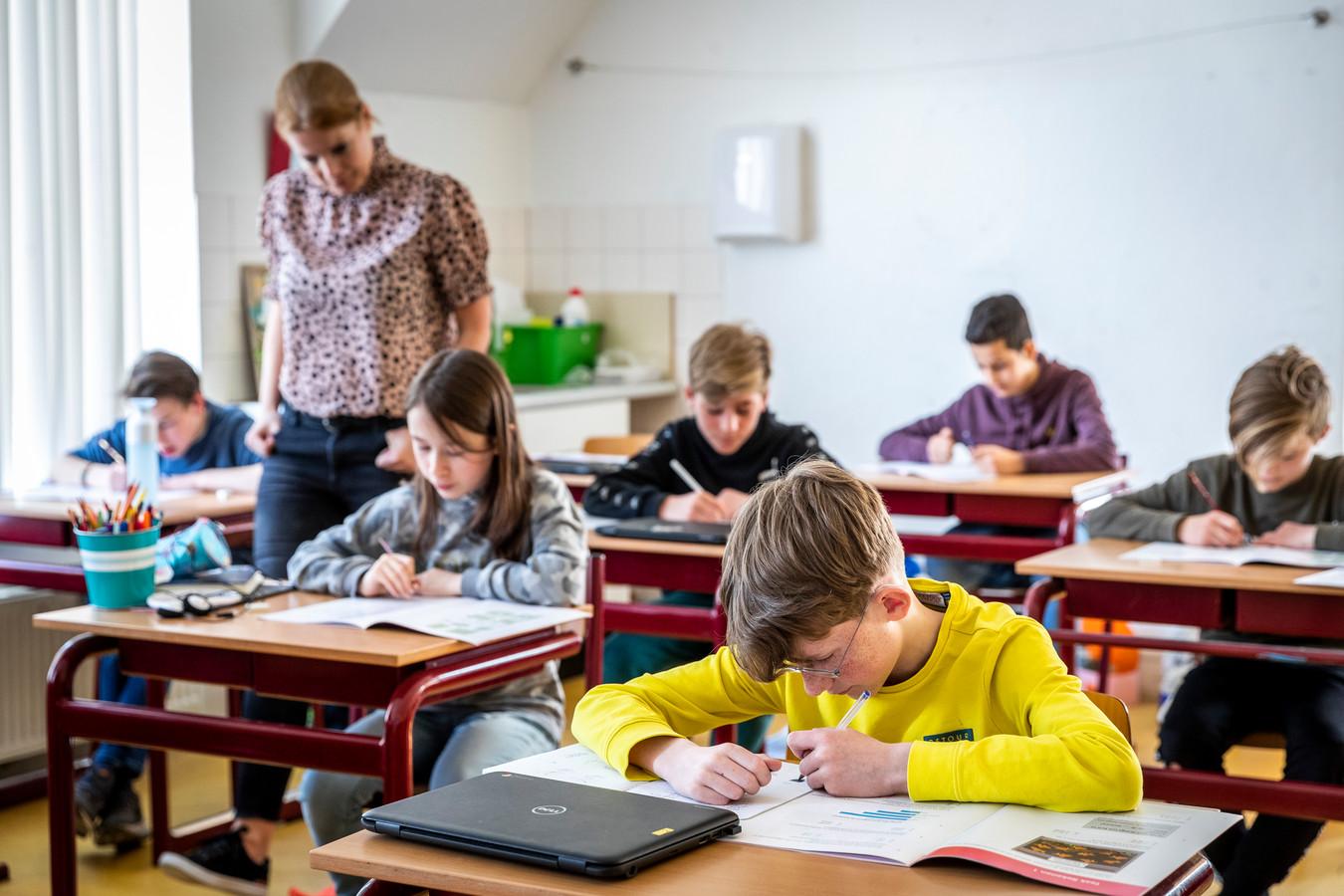 Groep 8 van basisschool Talisman in Eindhoven is bezig met de Cito toets. Juf Ingrid Schenkelaars houdt toezicht.