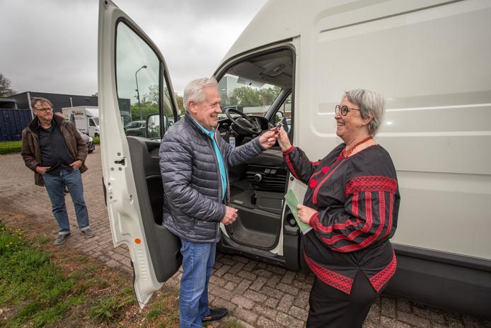 Allard Podde van Bohero overhandigt Beja Kluiters (Spoetnik) de papieren en de sleutels van de vervangende bus.