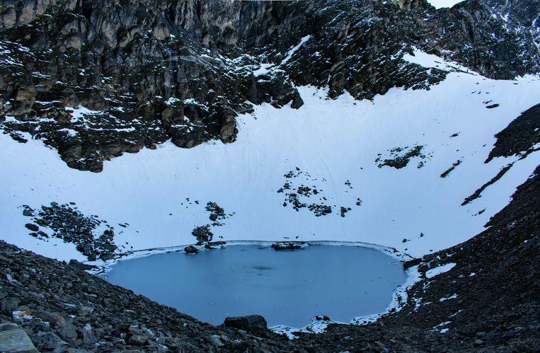 Het Roopkundmeer in de Himalaya. Beeld Shutterstock