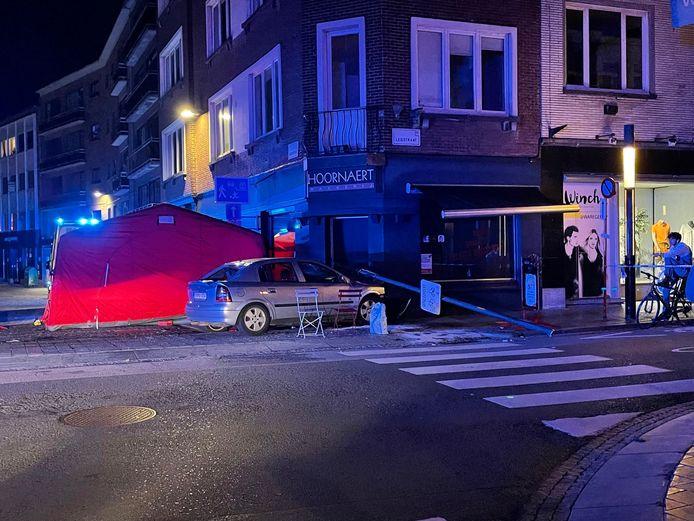De Opel sleurde een afgereden paal mee en kwam tot stilstand tegen de gevel van een bakkerij op de hoek van de Handboog- en Leiestraat in Kortrijk.