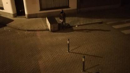 Zo eenvoudig omzeil je knip in Kwakkelstraat: chauffeur haalt paaltje weg, rijdt door en zet paaltje terug