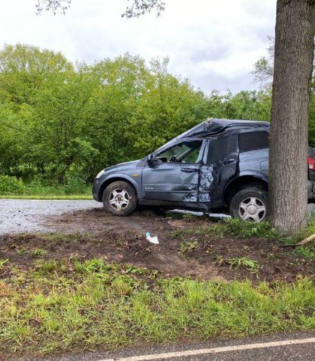 Automobilist raakt gewond bij botsing met boom Nijkerk