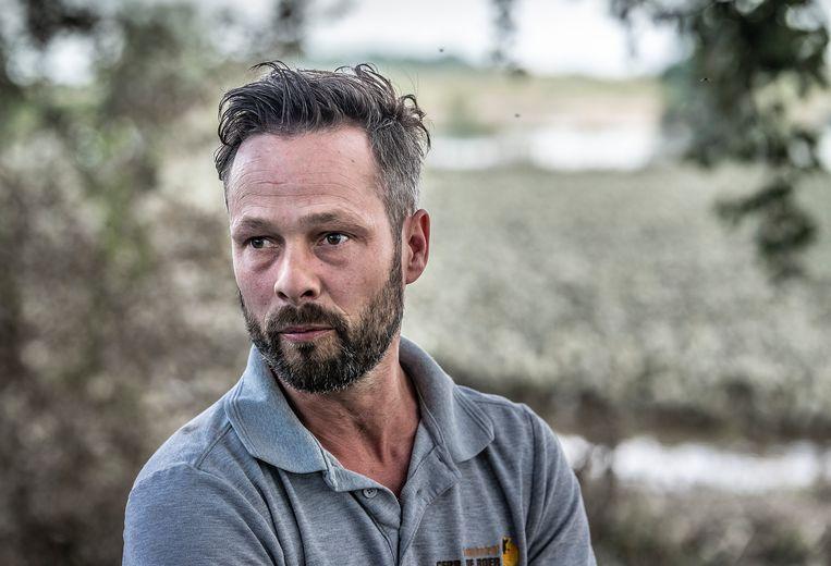 Een geëmotioneerde Rob de Boer, akkerbouwer, inspecteert het gebied langs de Maas dat ondergelopen is en veel schade heeft opgelopen. Hij staat bij een ondergelopen perceel met zijn suikerbieten. Beeld Roger Dohmen