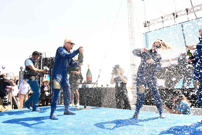 Richard Branson viert zijn geslaagde ruimtetrip.